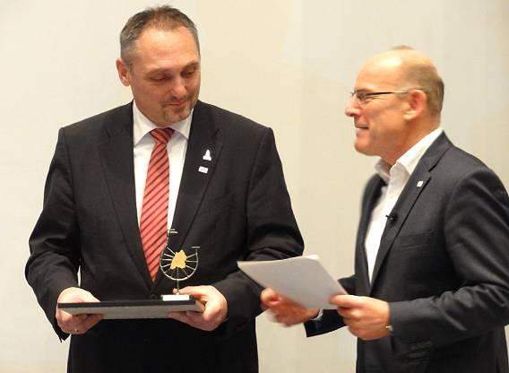 Bürgermeister Günter Riemer nimmt für die Stadt Kirchheim unter Teck die Auszeichnung von Verkehrsminister Hermann entgegen