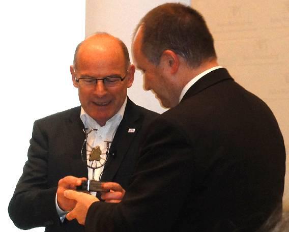 Erster Bürgermeister der Stadt Heidelberg, Bernd Stadel, nimmt die Auszeichnung von Minister Hermann entgegen