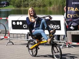 ADFC-Mitarbeiterin Franziska Fuchs auf dem Liegeradparcours