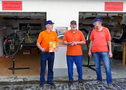 Martin, Hanspeter und Roland (v.l.n.r.) vor den Garagen östlich des Weltkosters